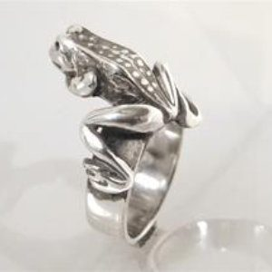 STERLING SILVER - FROG ON TOP OF RING